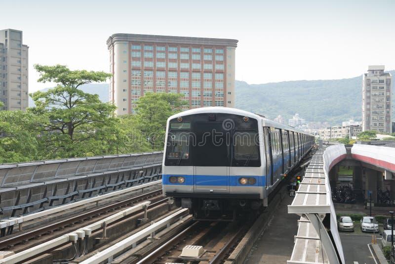 Повышенный пригородный поезд стоковые изображения