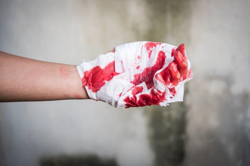 Повязка медицины с очень кровопролитной рукой ушиба после аварии стоковая фотография