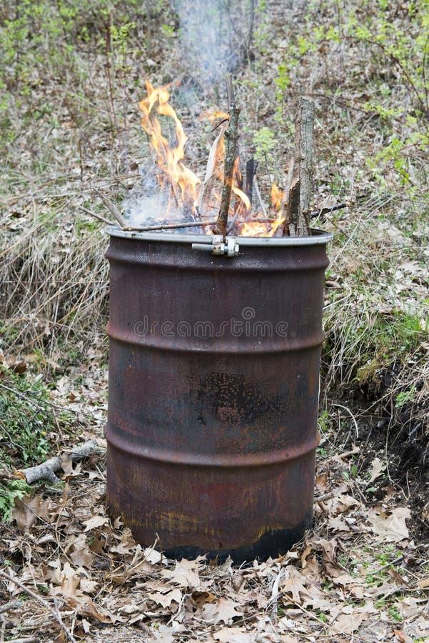 погань горящего отброса бочонка старая ржавая стоковые изображения