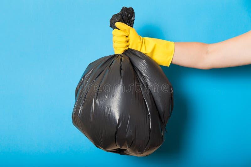 Погань, отход, погань повторно использует полиэтиленовый пакет в руке стоковое фото