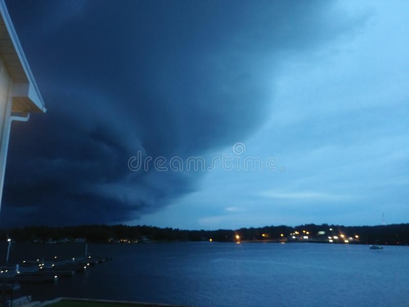 Погода изменяя над озером как стоковое изображение