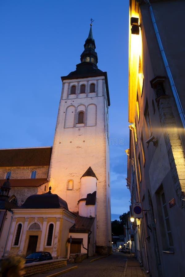 погода лопасти городка башни tallinn thomas залы эстонии города старая Старые дома на улице и ратуше возвышаются на ноче стоковая фотография