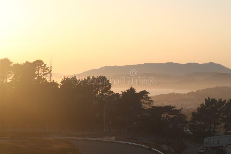 Погода Сан-Франциско - туманный заход солнца стоковые фотографии rf