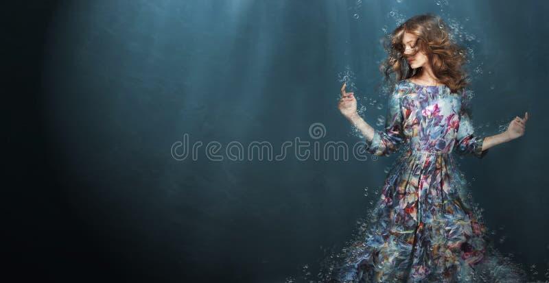погружение Женщина в темносинем море фантазия стоковые фотографии rf