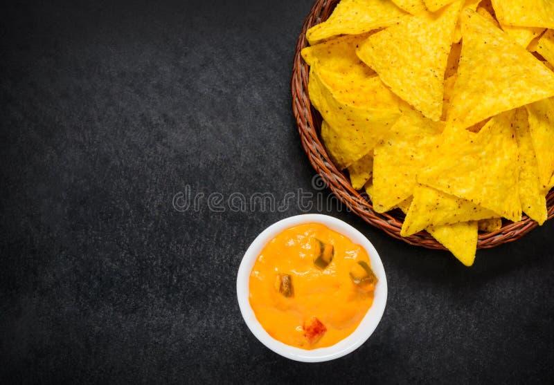 Погружение сыра с Tortilla Nacho и космосом экземпляра стоковое фото