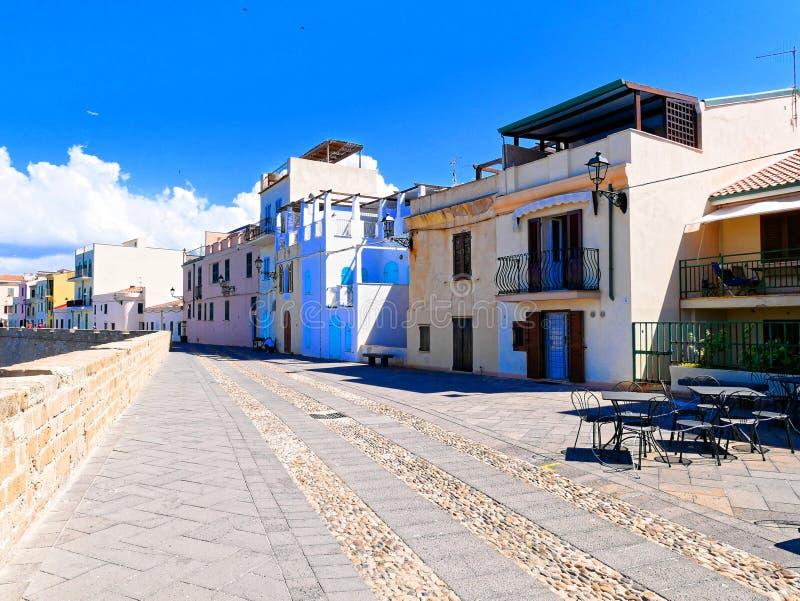 Погуляйте вдоль моря и стен в Alghero Сардиния, Италия стоковое фото