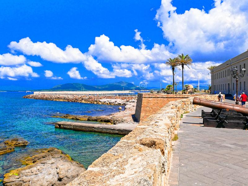 Погуляйте вдоль моря и стен в Alghero Сардиния, Италия стоковая фотография