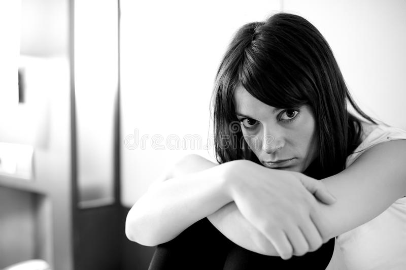 подавленная женщина стоковая фотография