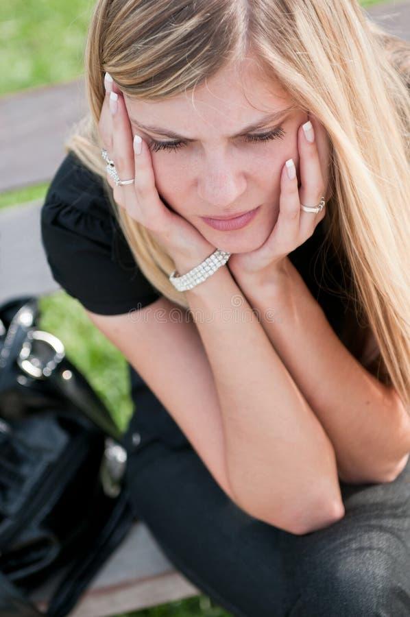подавленные детеныши женщины тревог стоковая фотография rf