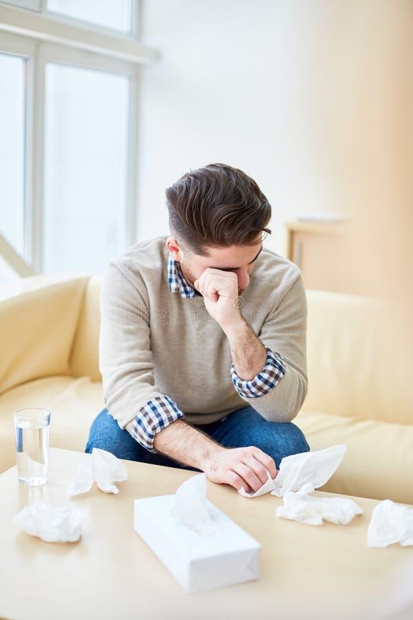 Подавленный человек во время посещения терапевта стоковые фотографии rf