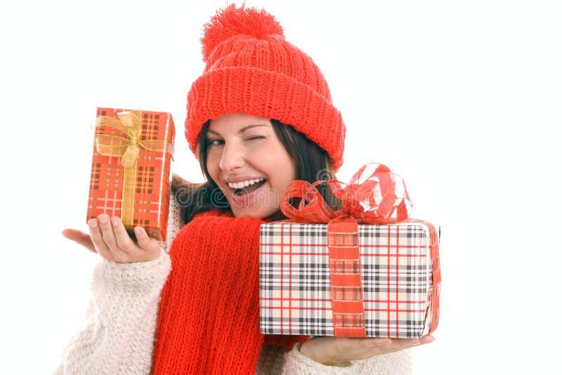 подарки держа подмигивать женщине стоковые фото