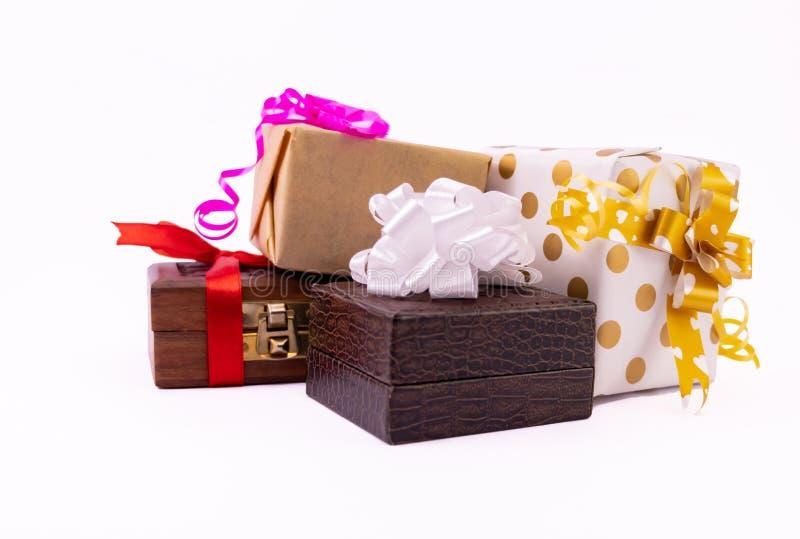 Подарки для всех событий Из окон открывается вид на красочные подарочные коробки с луками и лентами на белом фоне. стоковые фото