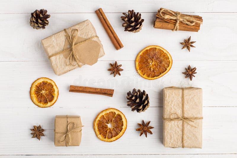 Подарки и специи Kraft бумажные на белой таблице Первоначальное оформление для рождества Красивый план, взгляд сверху, плоское по стоковые изображения