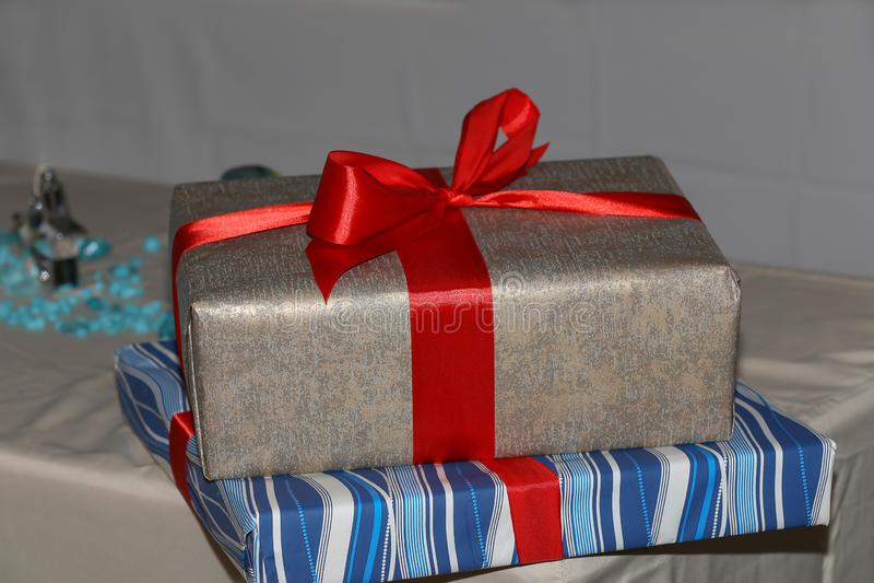 Подарки на день рождения Подарки на день рождения лежат на таблице стоковые фотографии rf