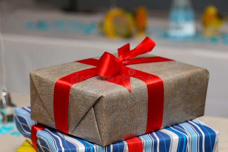 Подарки на день рождения Подарки на день рождения лежат на таблице стоковое фото rf