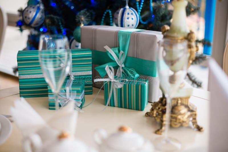 Подарки на рождественской елке стоковое изображение rf