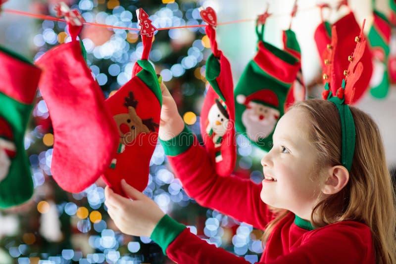 Подарки на рождество для детей иконы элементов рождества шаржа календара пришествия приурочивают различное стоковая фотография