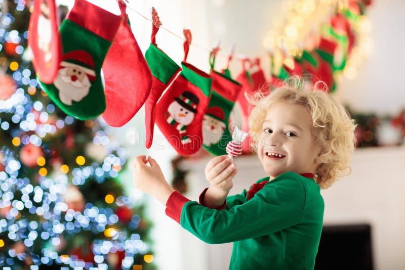 Подарки на рождество для детей иконы элементов рождества шаржа календара пришествия приурочивают различное стоковые изображения rf