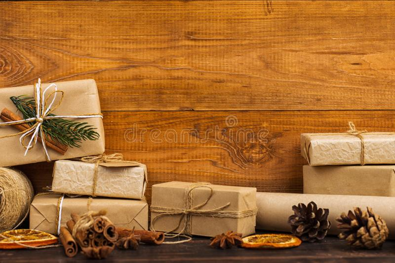Подарки от бумаги Kraft красиво украшенной для рождества, на таблице стоковое фото