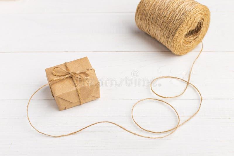 Подарки от бумаги Kraft на белой таблице с потоками стоковые фото