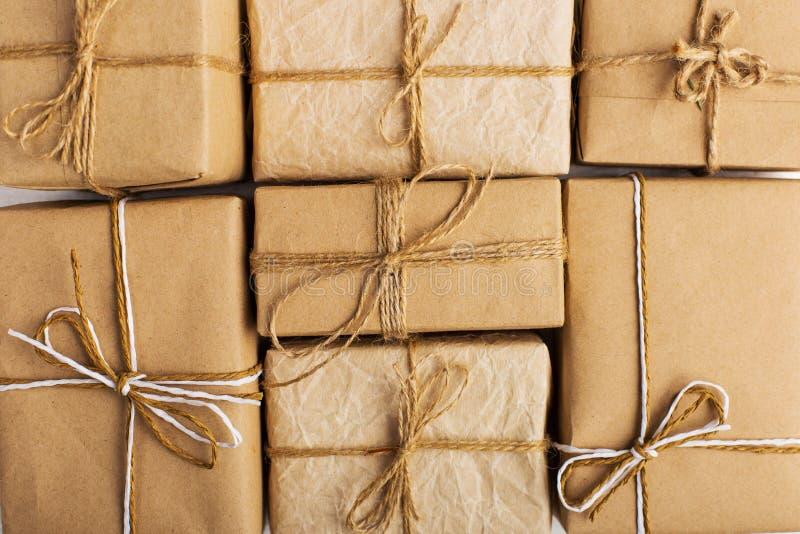 Подарки от лож бумаги Kraft плотно друг к другу на белой таблице звезды абстрактной картины конструкции украшения рождества предп стоковая фотография