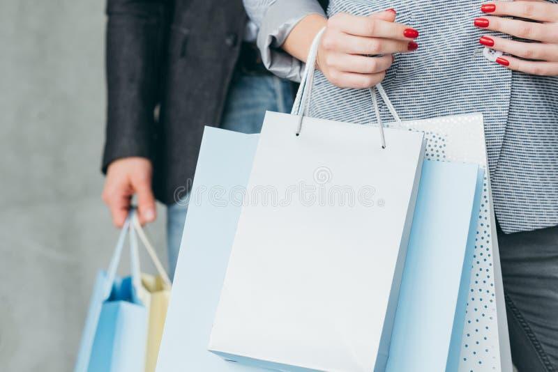 Подарки покупок праздника покупая сумки нося женщины стоковая фотография rf
