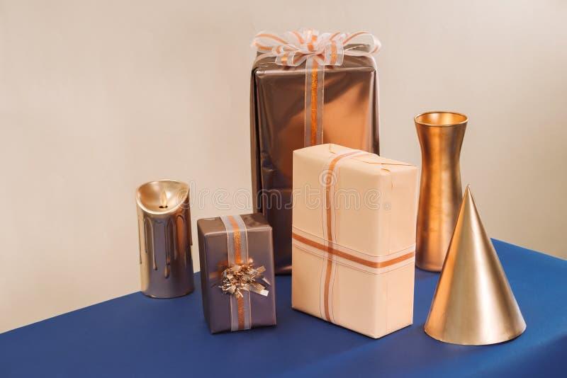 Подарки рождества в handmade коробках и украшенном рождестве со свечой на голубой предпосылке стоковые изображения rf
