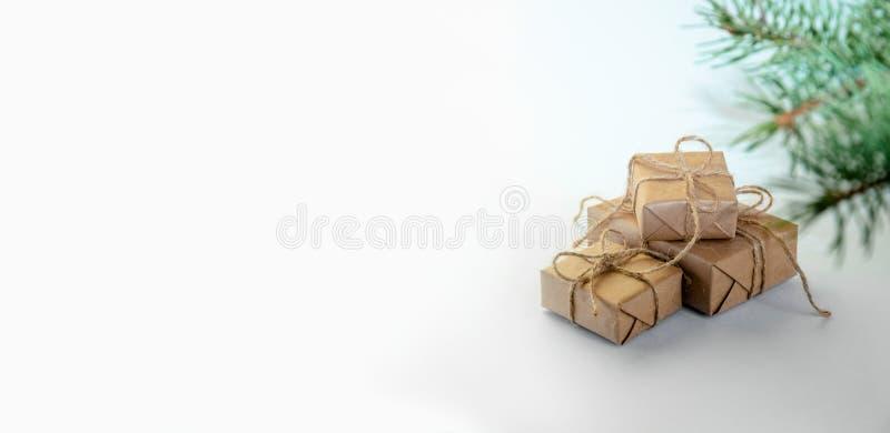 Подарки рождества с елью на светлой предпосылке Минимальный состав праздника Нового Года скопируйте космос для вашего текста стоковые фото