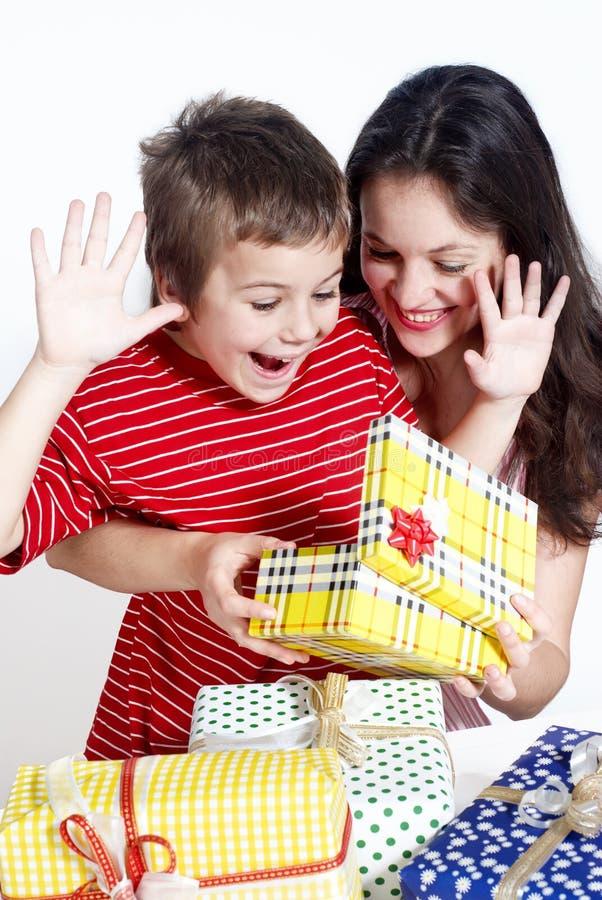 подарки семьи счастливые стоковое изображение