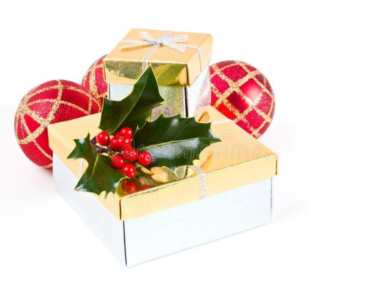 Подарки, baubles и падуб рождества стоковые изображения
