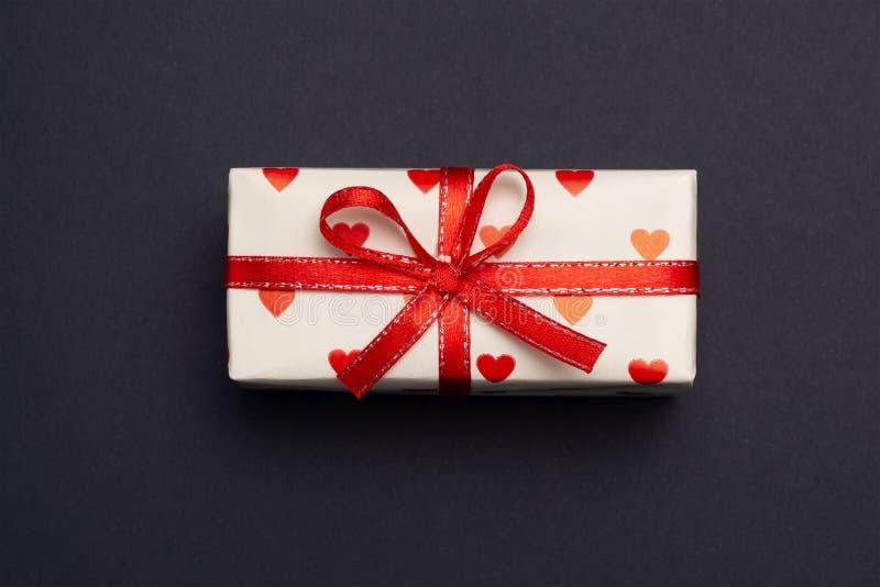 Подарок в оболочке в красной коробке с изображением сердца на день Валентайн Изолят на белой предпосылке с тенью стоковое фото