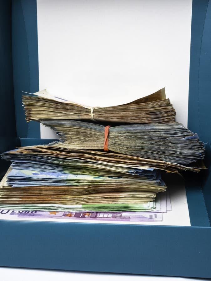 Подарок денег банкноты евро на коробке стоковые изображения rf