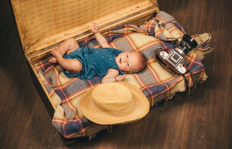Подарок для вас Семья Уход за детями Небольшая девушка в чемодане Путешествовать и приключение изолированная предпосылка младенца стоковая фотография