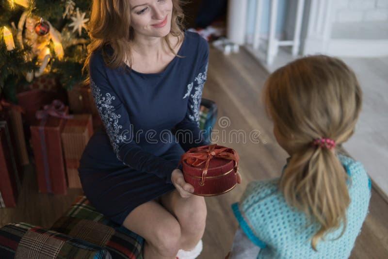 Подарок дочери от мамы на рождественской елке стоковые изображения rf