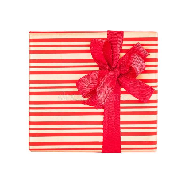 Подарок или присутствующая коробка при красная лента изолированная над белизной стоковые изображения