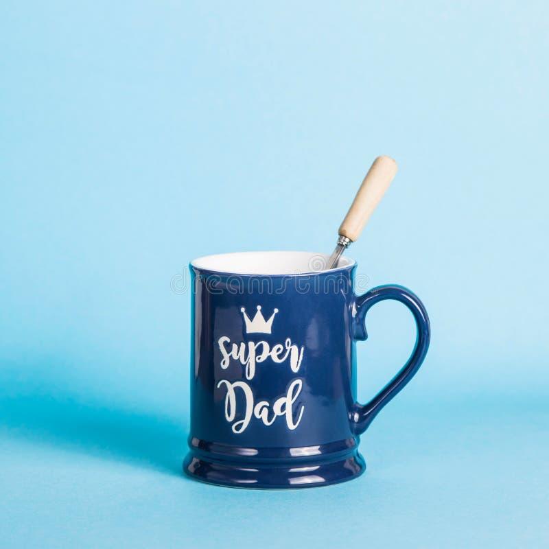 Подарок на День отца - голубая чашка людей вспомогательный с надписью стоковые фото