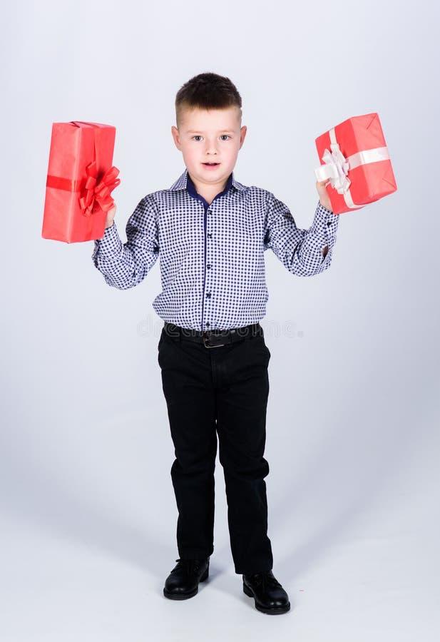 Подарок на день рождения Небольшая подарочная коробка владением мальчика Рождество или подарок на день рождения Мечты приходят ис стоковое фото rf