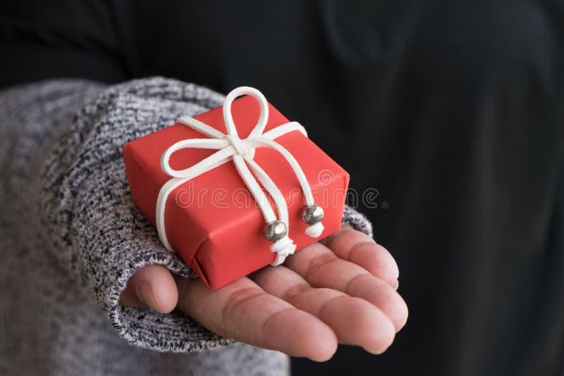 Подарок на рождество, крупный план подарочной коробки рождества Женщина держа sma стоковое фото rf