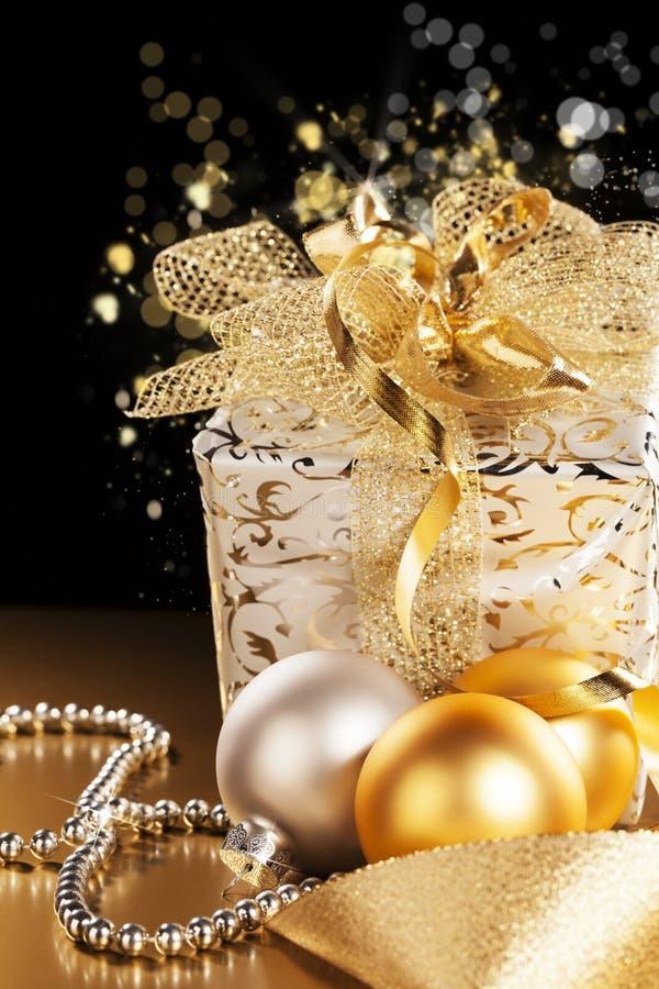 Подарок на рождество с шариками рождества стоковое изображение rf