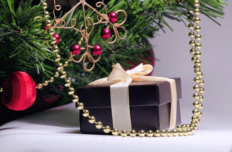 Подарок под зеленым деревом Коробка для ювелирных изделий, с бежевой лентой, славный подарок для женщины в Новом Годе 2019 стоковая фотография rf