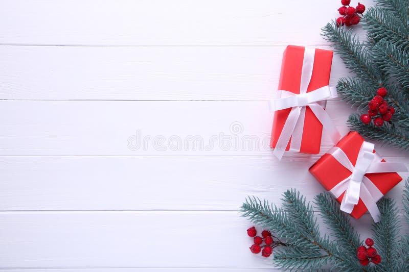 Подарок представляет коробку с калиной на белой предпосылке стоковые фотографии rf