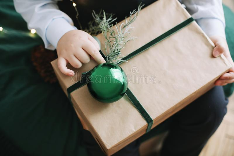 Подарок рождества в руках детей Ребенок держа украшенный подарок рождество украшает идеи украшения свежие домашние к Зима, Новый  стоковые фото