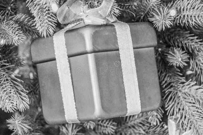 Подарок рождества в черно-белом стоковая фотография