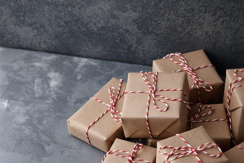 Подарок рождества или присутствующие коробки обернутые в бумаге kraft стоковые изображения rf
