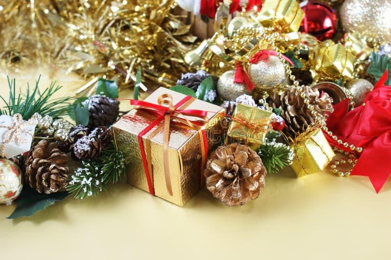 Подарок рождества среди украшений стоковое изображение rf