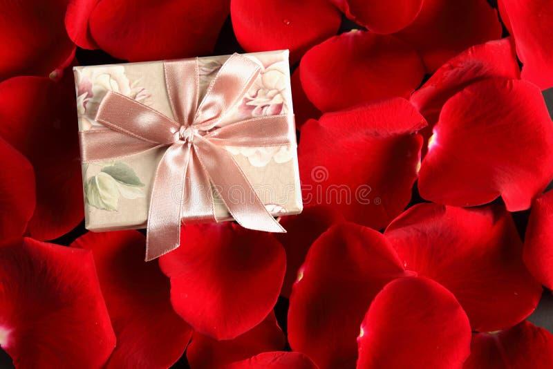 подарок романтичный стоковое изображение rf