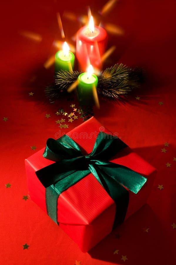 подарок свечки коробки горящий меньший xmas стоковое изображение rf