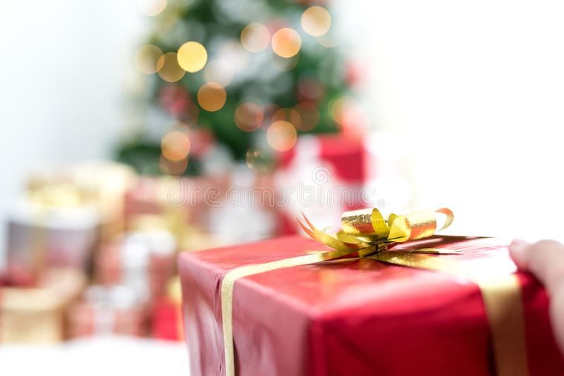Подарок удерживания руки в событие Рождества Концепция партии Xmas и Нового Года стоковые фото