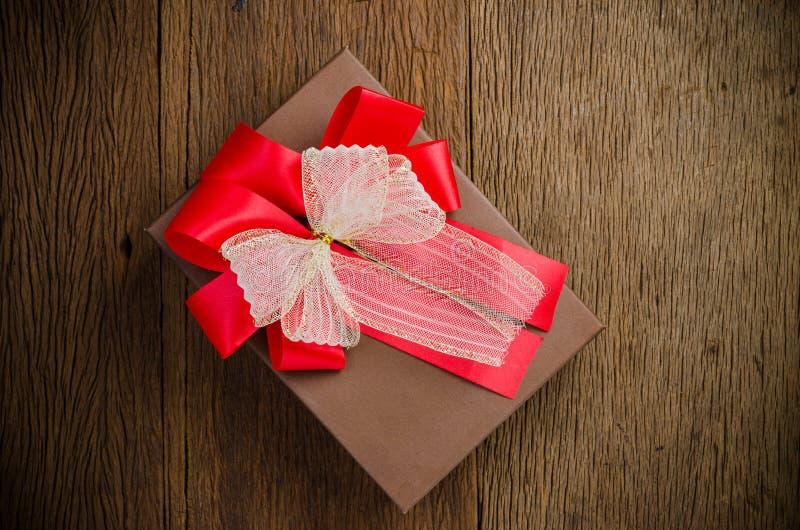 Подарочная коробка Брауна с белым и красным смычком стоковое изображение