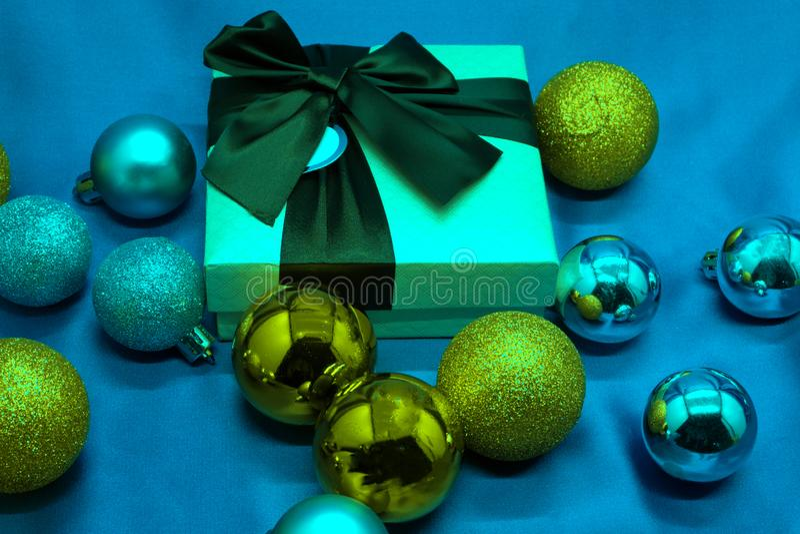 Подарочная коробка, ветви ели и синь рождества предпосылка стоковая фотография rf